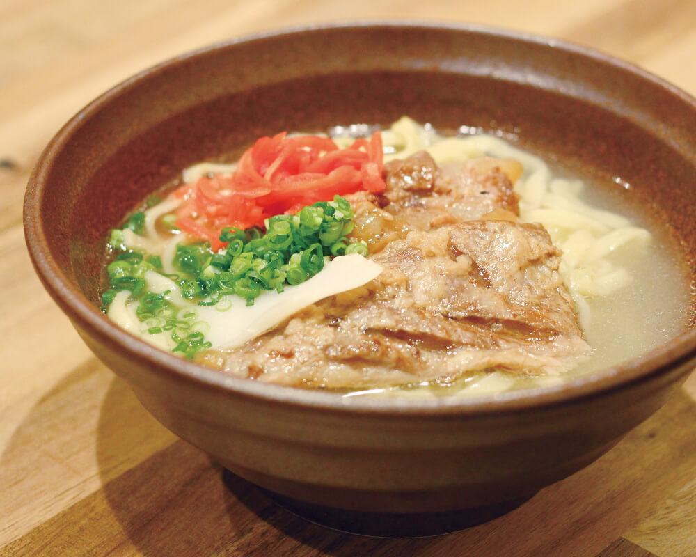 自慢の自家製麺で作る沖縄そば